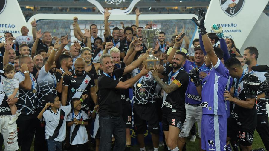 Leandro Castán levanta o troféu da Taça Guanabara, conquistada pelo Vasco contra o Fluminense - Thiago Ribeiro/AGIF