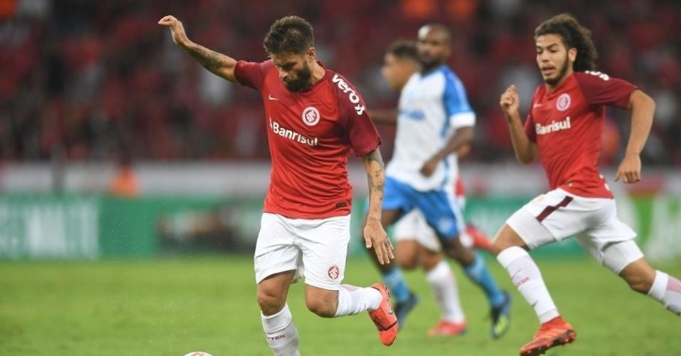 Rafael Sobis carrega a bola em jogo entre Internacional e Novo Hamburgo