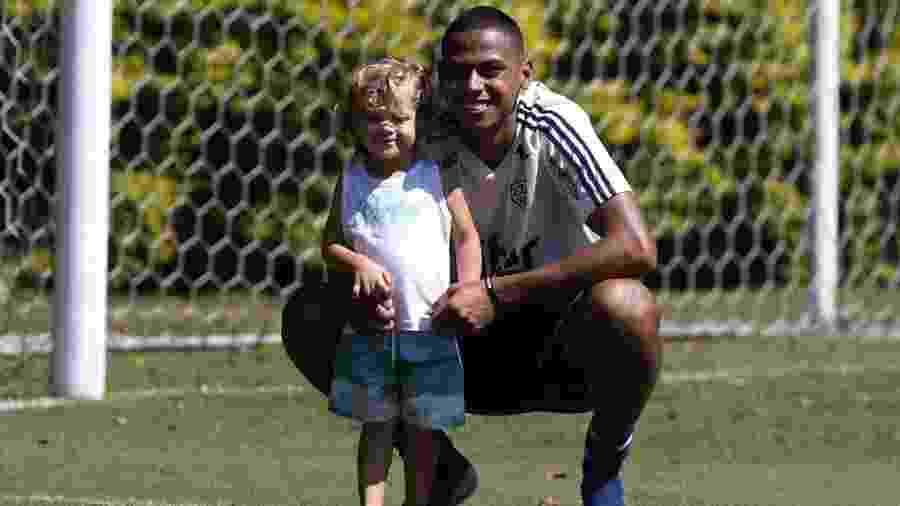 Bruno Alves e o filho Henry -  Rubens Chiri / saopaulofc.net