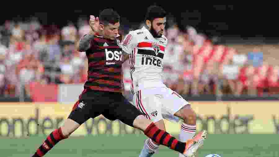 Ronaldo disputa bola durante partida entre São Paulo e Flamengo - Daniel Vorley/AGIF