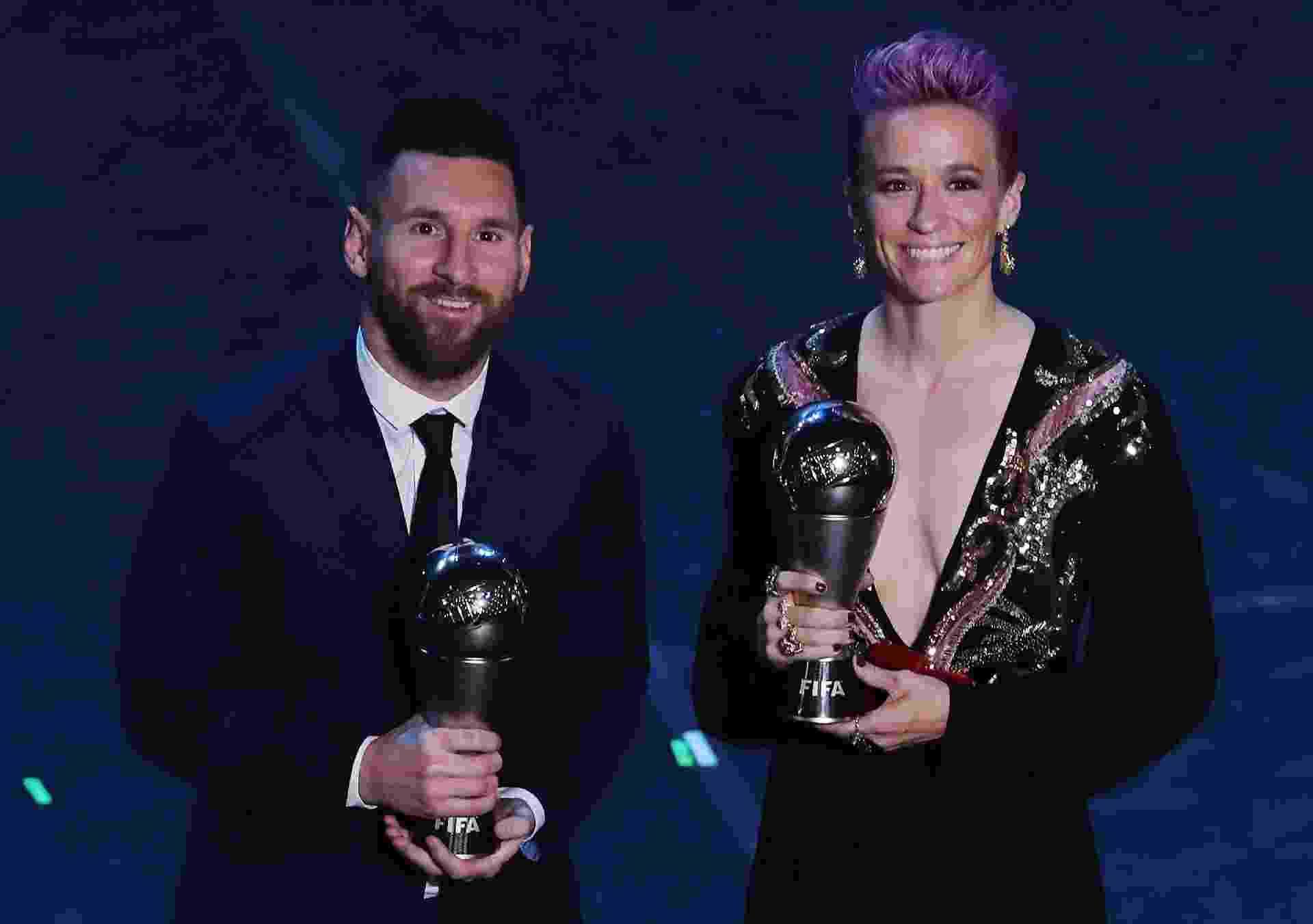Lionel Messi e Megan Rapinoe posam com prêmios de melhores jogadores do mundo dado pela Fifa - Emilio Andreoli/Getty Images