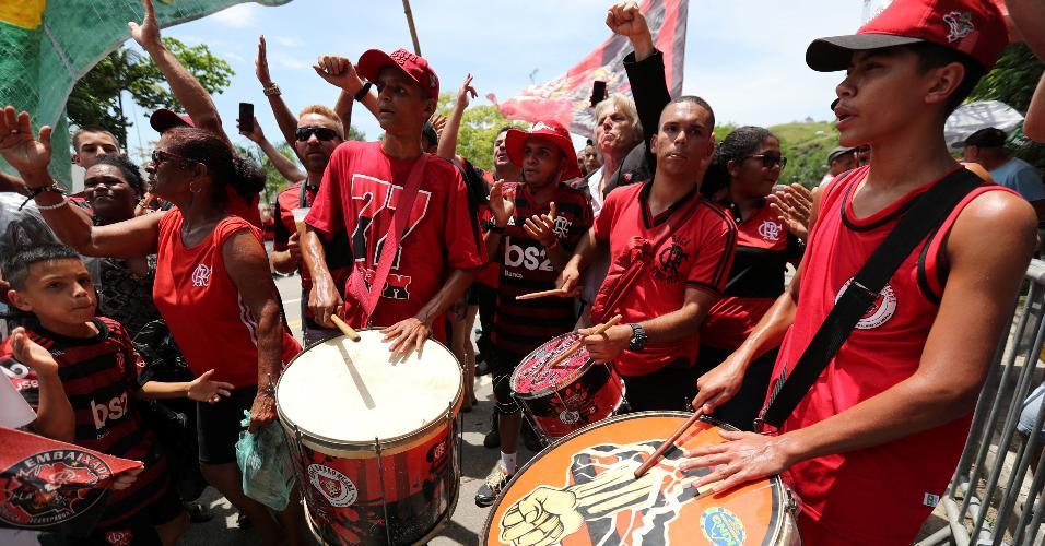 Torcida do Flamengo acompanha o time no embarque para Mundial