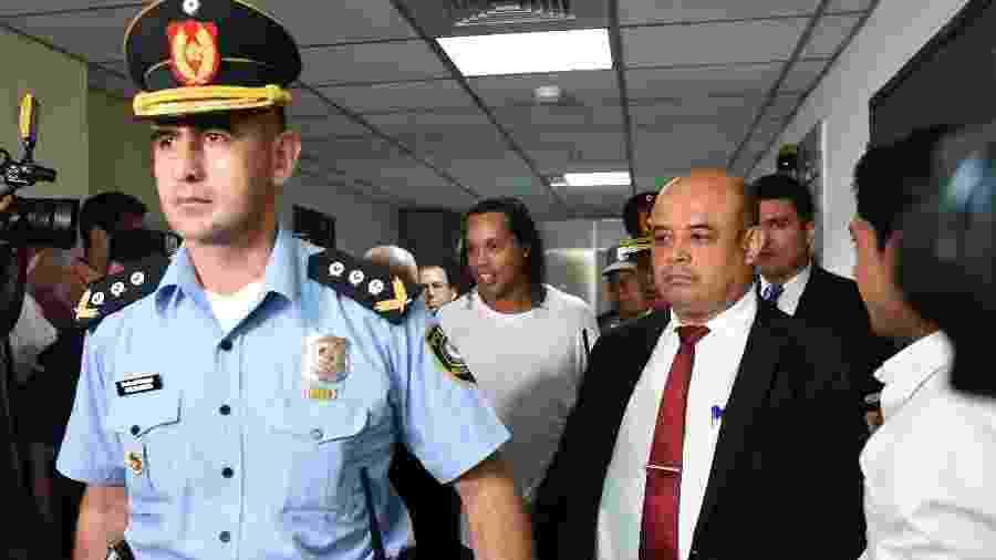 Ronaldinho chega ao Palácio de Justiça de Assunção para prestar depoimento durante a sexta - Norberto DUARTE / AFP