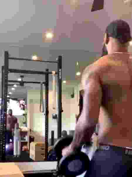 LeBron James faz exercícios na academia ao lado da filha - Reprodução/Instagram