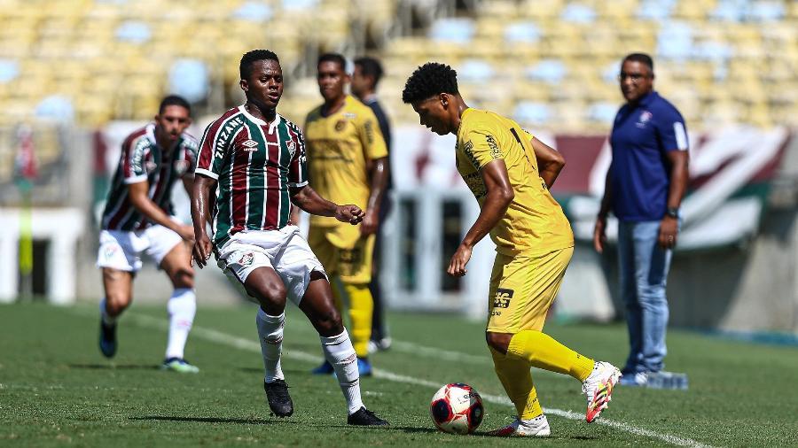Cazares, do Fluminense, marca jogador do Madureira em jogo do Campeonato Carioca transmitido pela Record - Lucas Merçon