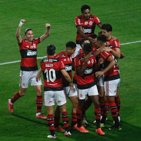 Jogadores comemoram gol de Rodrigo Muniz - Gabriel Machado/AGIF