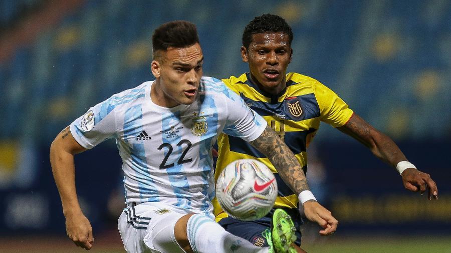 Lautaro Martínez e Arboleda, durante a partida entre Argentina e Equador - Heber Gomes/AGIF