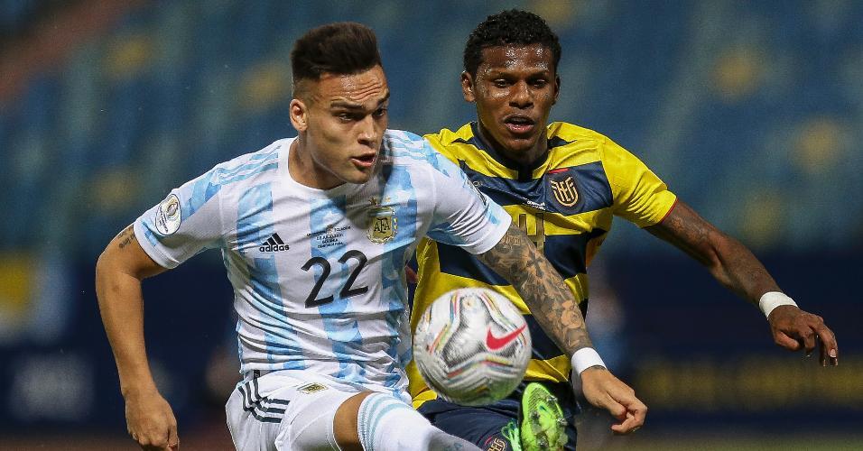 Lautaro Martínez e Arboleda, durante a partida entre Argentina e Equador