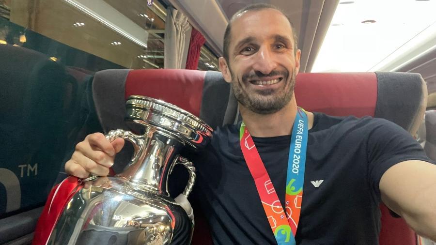 Chiellini, capitão da Itália, posou segurando o troféu da Eurocopa - Reprodução/Twitter