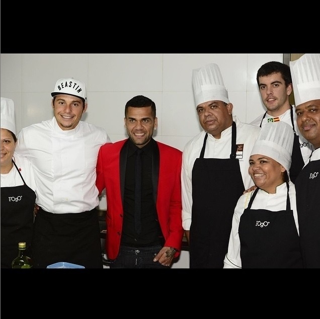 4;ago.2015 - Daniel Alves com João Alcântara com os funcionários do Fogo