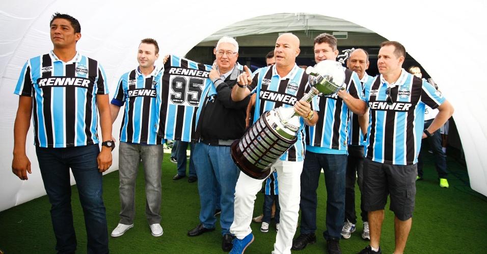 Time que conquistou a Libertadores de 1995 é homenageado pelo Grêmio antes de partida contra o Coritiba, em Porto Alegre