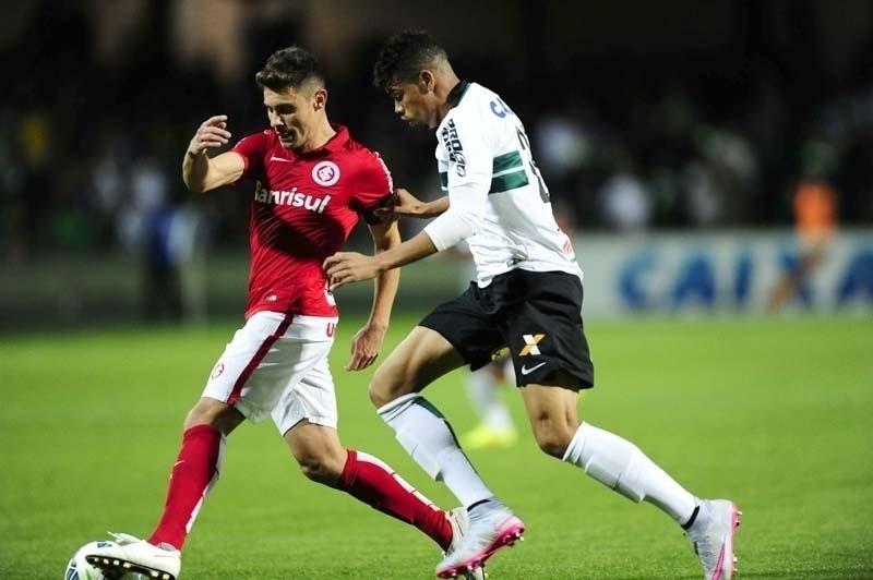Alex em ação na partida entre Coritiba e Inter, pelo Brasileirão