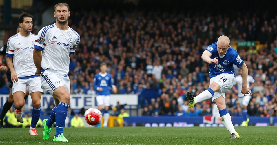 Steven Naismith chuta para marcar gol pelo Everton em jogo diante do Chelsea no Estádio Goodison Park, em Liverpool, pelo Campeonato Inglês
