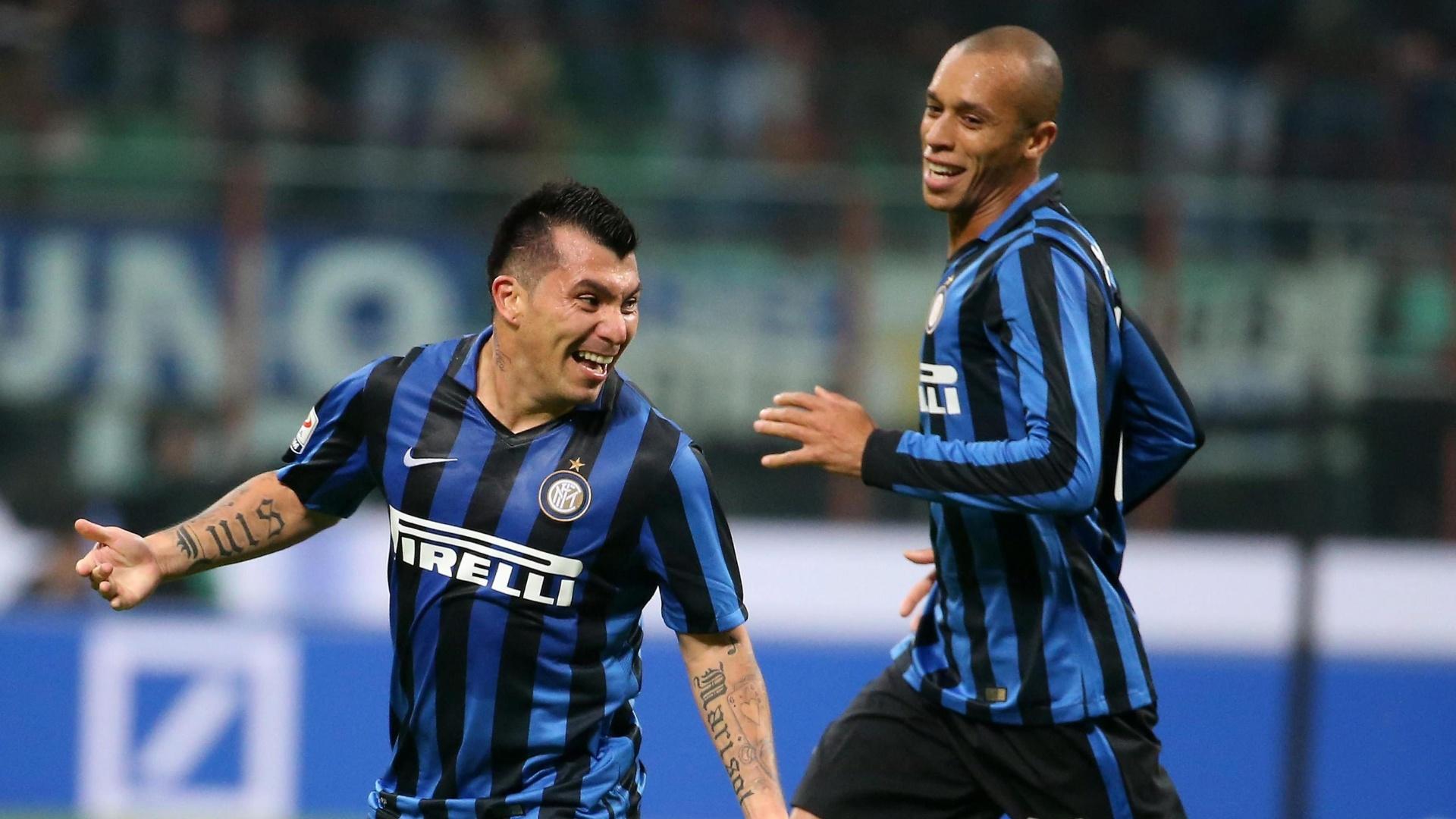Medel comemora com Miranda após marcar o gol da vitória da Internazionale sobre a Roma pelo Campeonato Italiano