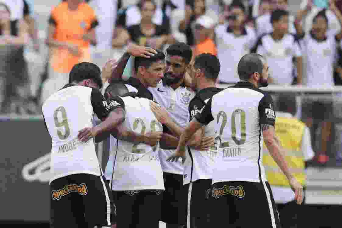 Jogadores do Corinthians comemoram gol marcado por Balbuena sobre o Linense - Danilo Verpa/Folhapress
