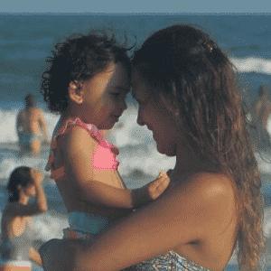 Filha e esposa de Braian Rodríguez em dia de folga na praia do Imbé, no Rio Grande do Sul - Reprodução/Instagram