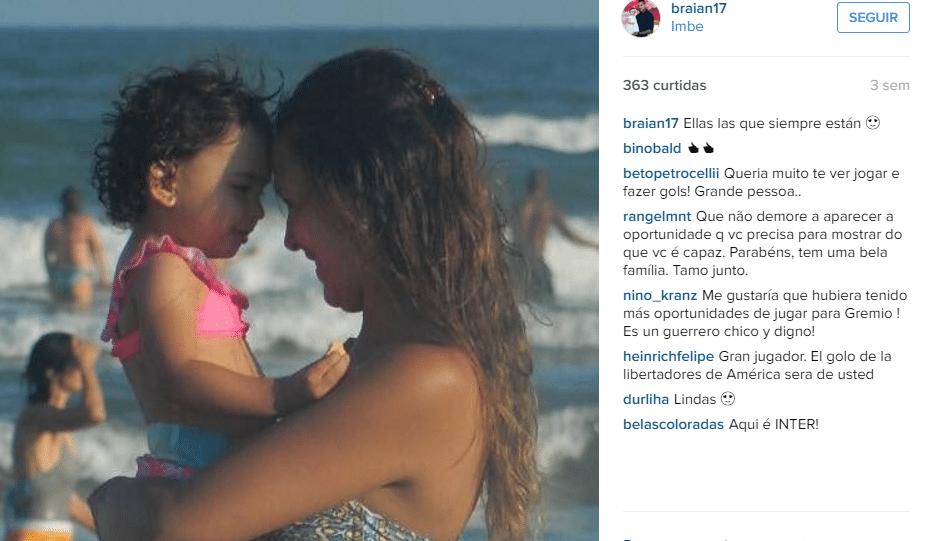 Filha e esposa de Braian Rodríguez em dia de folga na praia do Imbé, no Rio Grande do Sul