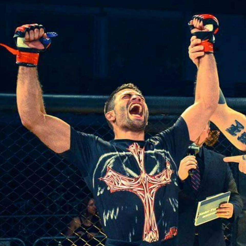 Luan Chagas comemora após vitória em evento de MMA
