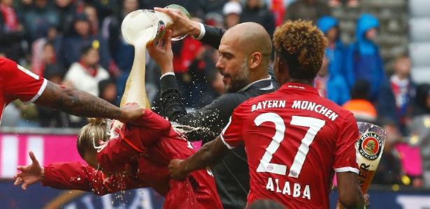 Guardiola dá banho de cerveja em jogador do Bayern