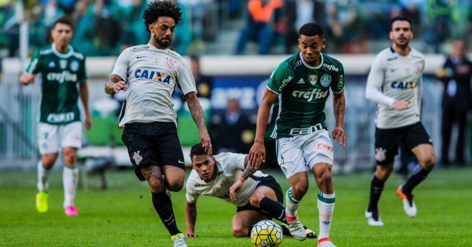 Gabriel Jesus conduz a bola acompanhado de perto pela marcação de Cristian na partida entre Palmeiras e Corinthians pelo Campeonato Brasileiro