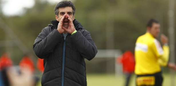 Técnico do time de transição, Felipe Endres orienta Grêmio durante partida