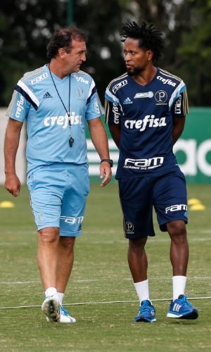 Cuca e Zé Roberto conversam durante treino do Palmeiras