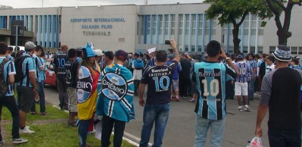 edbe1e97c5a91 Apoio para final  torcida do Grêmio faz festa em aeroporto na saída ...