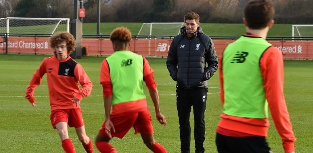 Gerrard treina o time de base do Liverpool