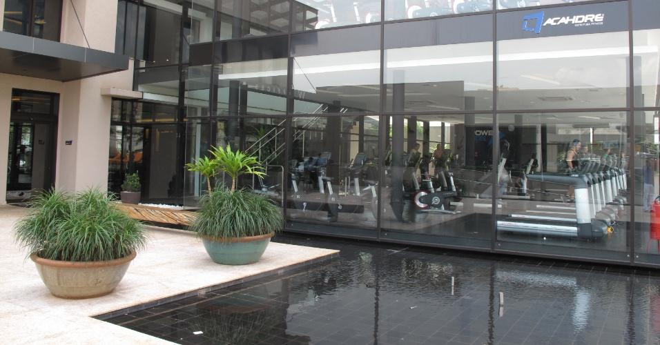 A arquitetura do prédio também é futurista. O prédio foi construído em formato de um cubo todo em vidro
