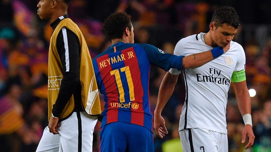 Neymar consola Thiago Silva após eliminação do PSG - AFP / LLUIS GENE