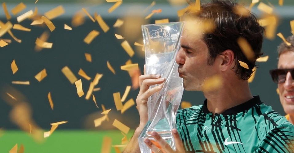 Roger Federer beija o troféu do Masters 1000 de Miami após vencer o espanhol Rafael Nadal na final