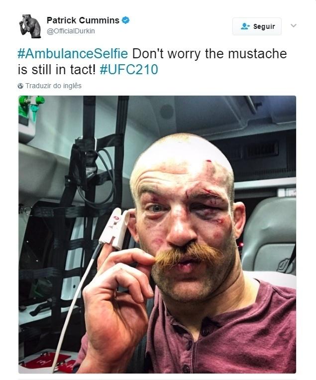 Patrick Cummins tira selfie na ambulância após vitória no UFC 210