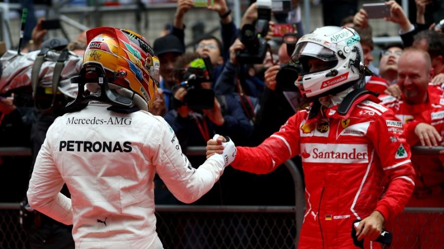 Sebastian Vettel cumprimenta Lewis Hamilton após o GP da China - Lars Baron/Getty Images