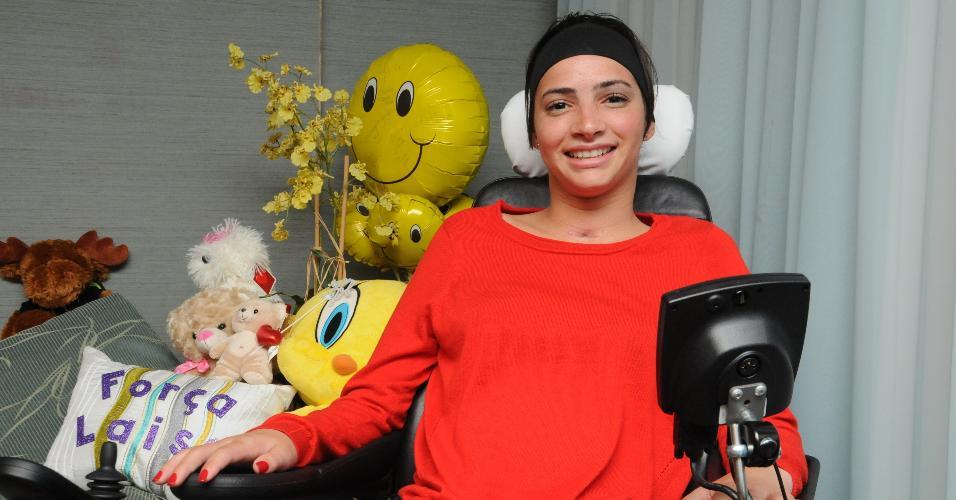 Lais Souza posa para foto com alguns presentes no quarto do Jackson Memorial Hospital, em Miami