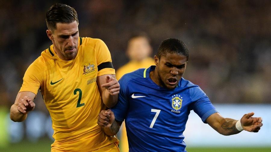 Douglas Costa em lance do duelo entre Brasil e Austrália; ele já vestiu a camisa 7 no passado - Pedro Martins/ MoWa Press