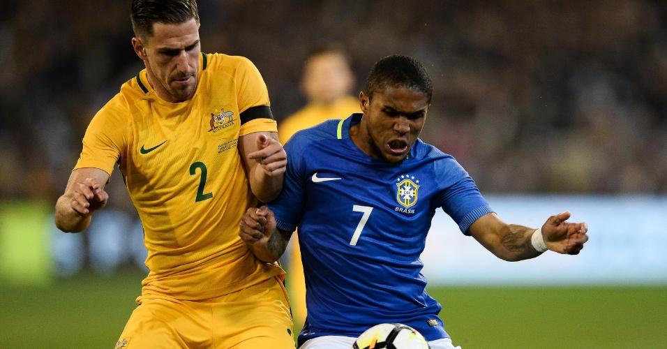 Douglas Costa em lance do duelo entre Brasil e Austrália