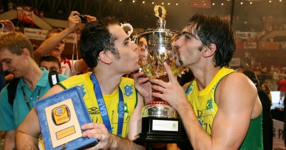 Ricardinho (e) e Giba beijam o troféu da Liga Mundial 2007