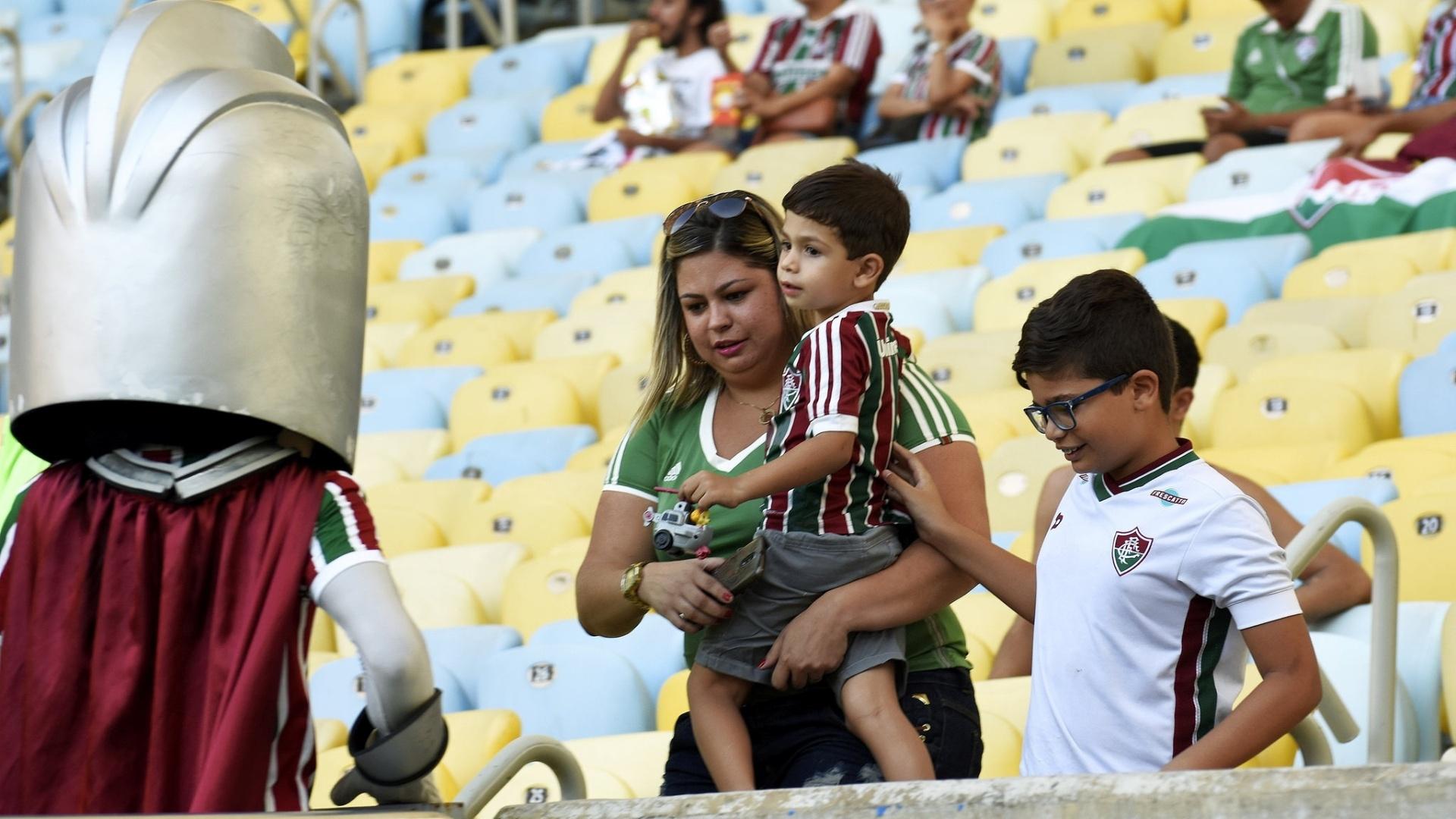 Crianças foram cumprimentadas pelo mascote do Fluminense no Maracanã