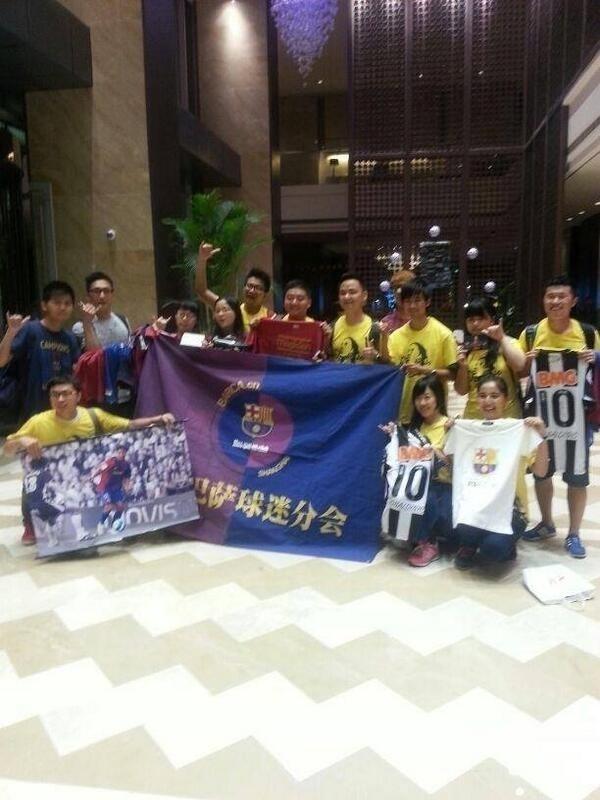 Torcedores chineses aguardam por Ronaldinho, com camisa do Barcelona e do Atlético-MG