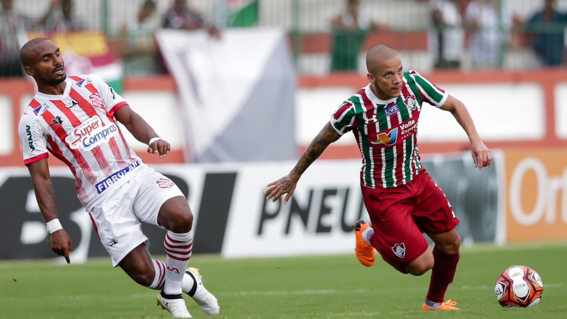 Marcos Júnior conduz a bola na partida Bangu x Fluminense pela Taça Rio, segundo turno do Campeonato Carioca, de 2018