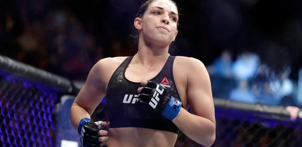 Mackenzie Dern circula pelo octógono antes da luta contra Ashley Yoder, no UFC 222