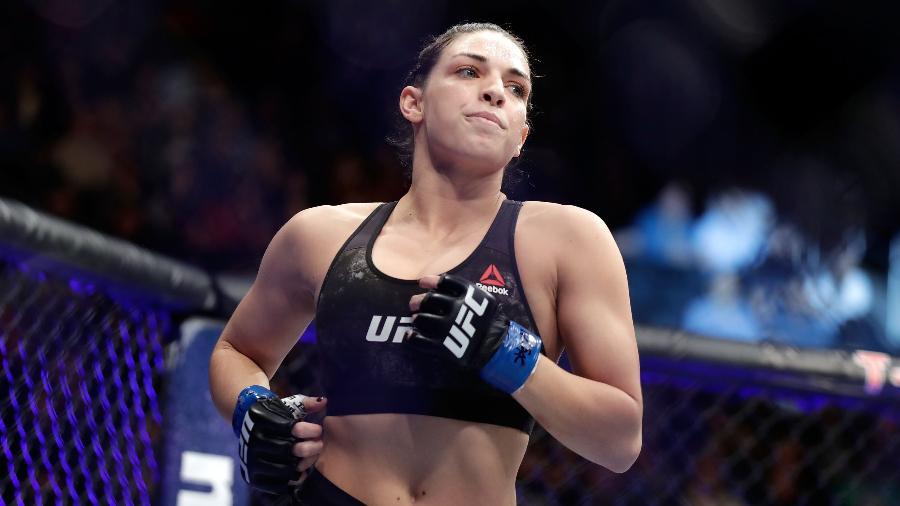 Mackenzie Dern circula pelo octógono antes da luta contra Ashley Yoder, no UFC 222 - Isaac Brekken/Getty Images