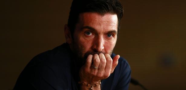 Multicampeão aos 40 anos, Buffon ainda pensa se vale a pena jogar mais uma temporada