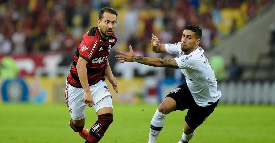 Everton Ribeiro e Gabriel dividem bola em Flamengo x Corinthians pelo Campeonato Brasileiro