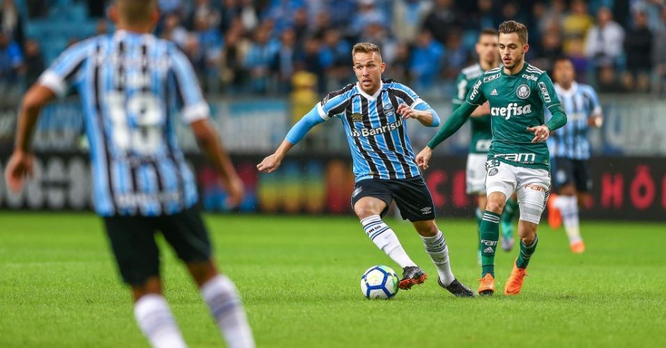 Arthur avança com a bola e é marcado por Hyoran durante Grêmio x Palmeiras