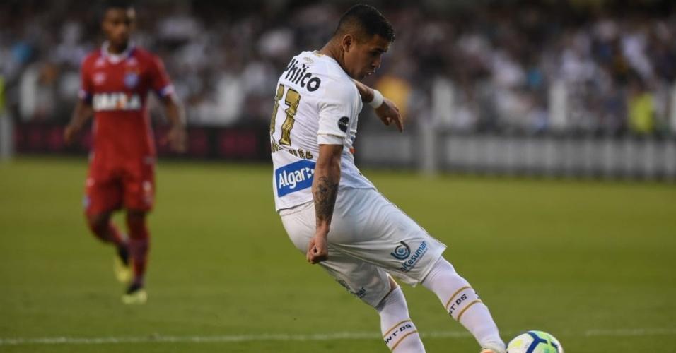 Derlis González bate para marca gol para o Santos diante do Bahia no Campeonato Brasileiro 2018