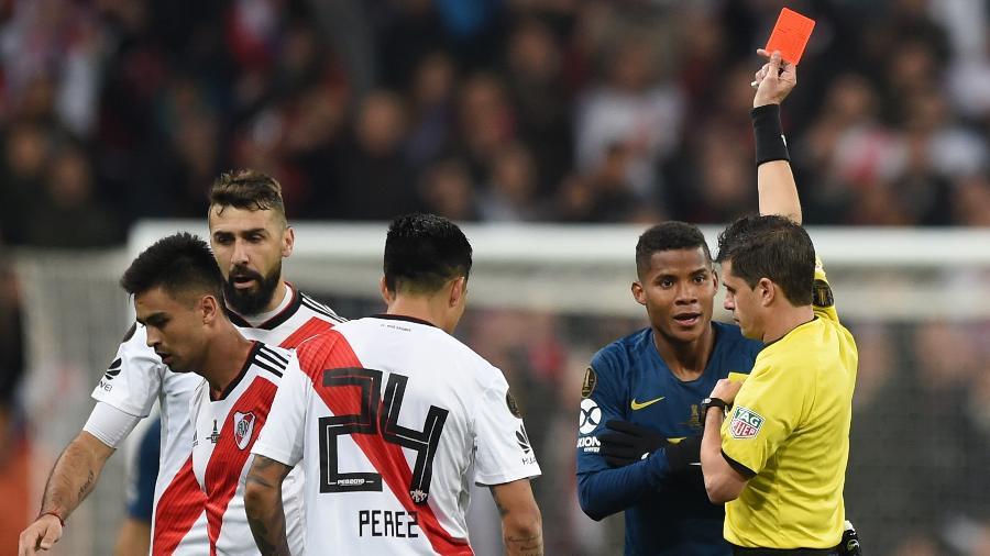 Wilmar Barrios, do Boca Juniors, é expulso pelo árbitro Andres Ismael Cunha Soca na final da Libertadores com o River Plate - Denis Doyle/Getty Images