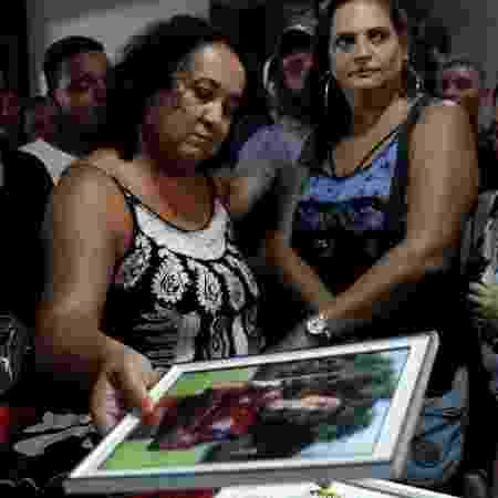 Marilia observa foto de Arthur durante velório em Volta Redonda - Ricardo Moraes/REUTERS - Ricardo Moraes/REUTERS