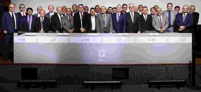 Diretoria da CBF e presidentes de federações durante posse do presidente Rogério Caboclo (ao centro, de terno azul). Parte do grupo estava em voo de Salvador para SP com problema - Lucas Figueiredo/CBF