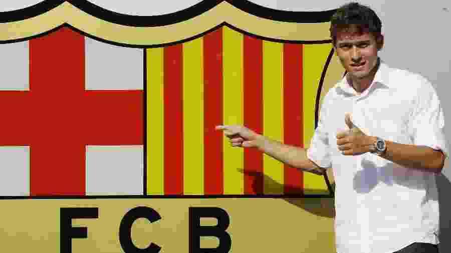 Keirrison posa ao lado do escudo do Barcelona no dia 23 de julho de 2009, data de sua apresentação no clube - Gustau Nacarino/Reuters